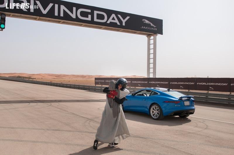 Aseel Al Hamad festeggia la fine del divieto di guida per le donne