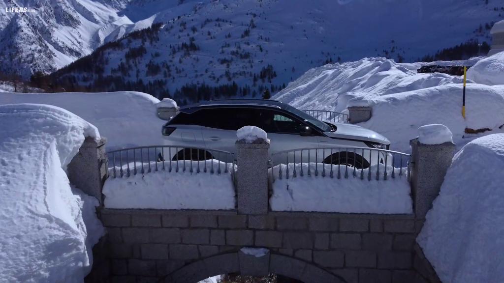 3008 HYBRID4 Peugeot sulle nevi della Valle Camonica
