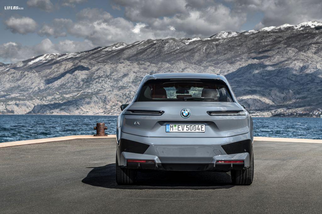 BMW iX è pronta per la produzione in serie